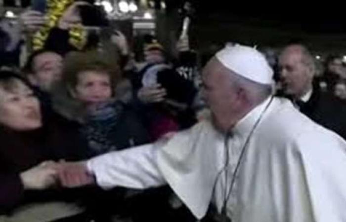 سياسة : بهذه العبارة.. بابا الفاتيكان يعتذر عن ضربه يد سيدة بقوة