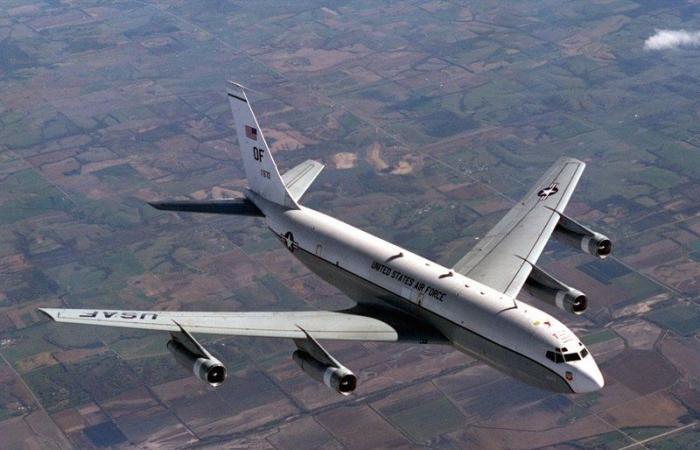 أخبار العالم : لماذا حلقت طائرة نووية فوق القاعدة الأمريكية بالعراق؟