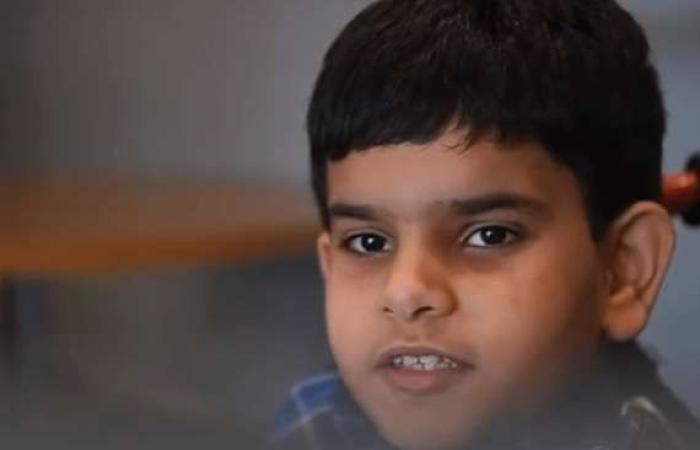 مقالات : يحفظ القرآن بـ 4 لغات .. طفل يعاني من التوحد