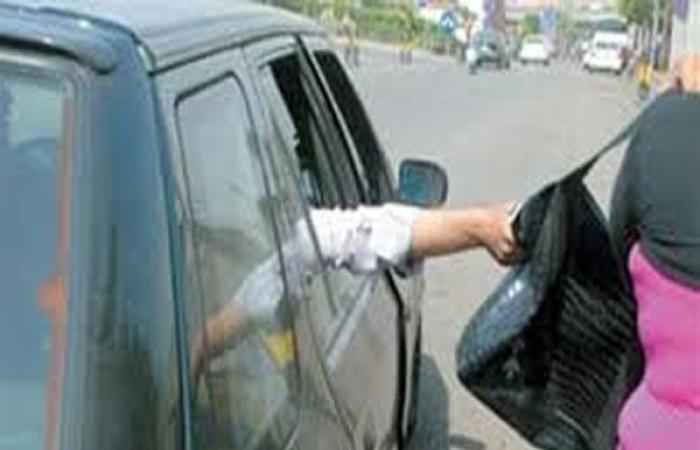 أخبار الحوادث : حبس عاطل متهم بخطف شنط المارة بأكتوبر