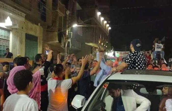 أخبار مصر : من القليوبية.. مرشح لمجلس النواب يحمل تمساحا خلال جولته وسط المواطنين (صور)